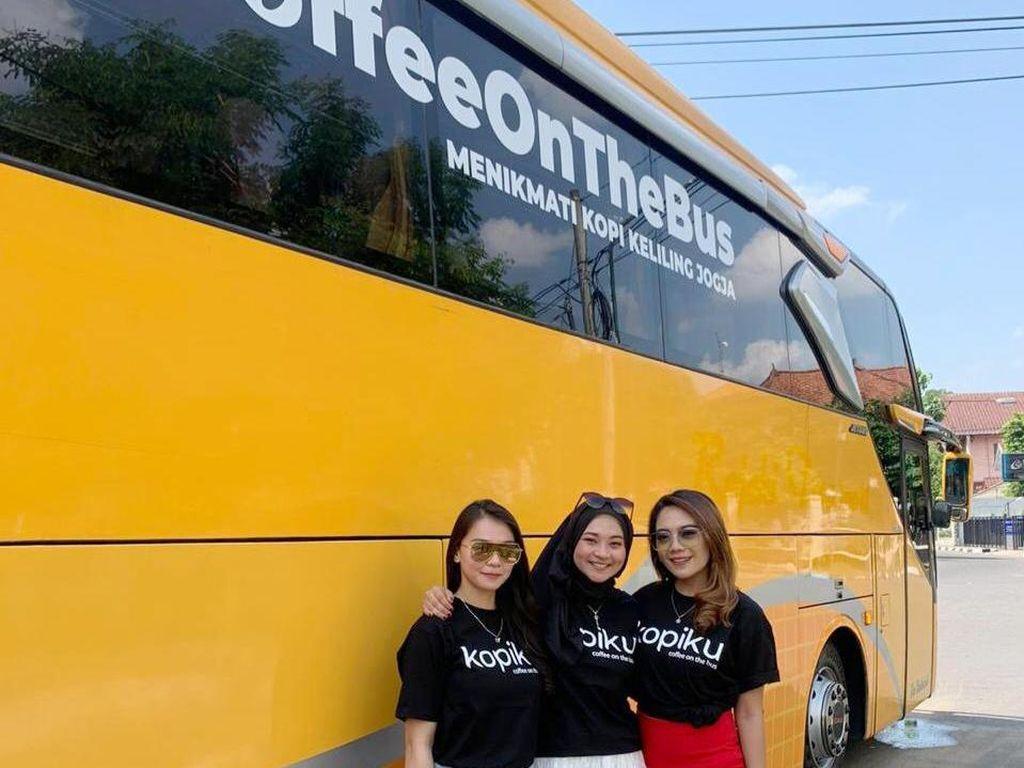 Kreatif! Bus Pariwisata Disulap Jadi Kafe Berjalan