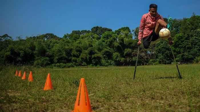 Atlet timnas Indonesia Amputee Football, Aditya menjalani sesi latihan mandiri di Lapangan Sepakbola Kiarapayung, Jatinangor, Kabupaten Sumedang, Jawa Barat, Selasa (30/6/2020). Latihan mandiri tersebut dilakukan sebagai salah satu persiapan atlet untuk menghadapi Piala Asia Amputee Football 2020 di Selangor Malaysia yang tengah ditunda akibat pandemi COVID-19. ANTARA FOTO/Raisan Al Farisi/foc.