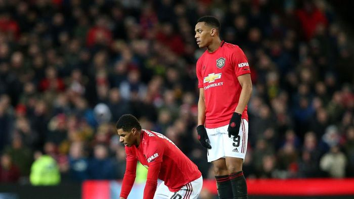 MANCHESTER, ENGLAND - JANUARY 15:  Anthony Martial consoles the injured Marcus Rashford of Manchester United during the FA Cup Third Round Replay match between Manchester United and Wolverhampton Wanderers at Old Trafford on January 15, 2020 in Manchester, England. (Photo by Alex Livesey/Getty Images)