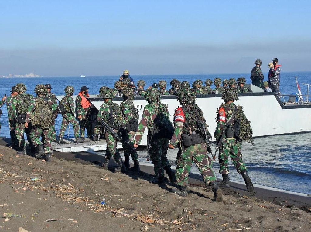 Tutup Latihan Perang, Prajurit Marinir dan Material Tempur Reembarkasi ke KRI