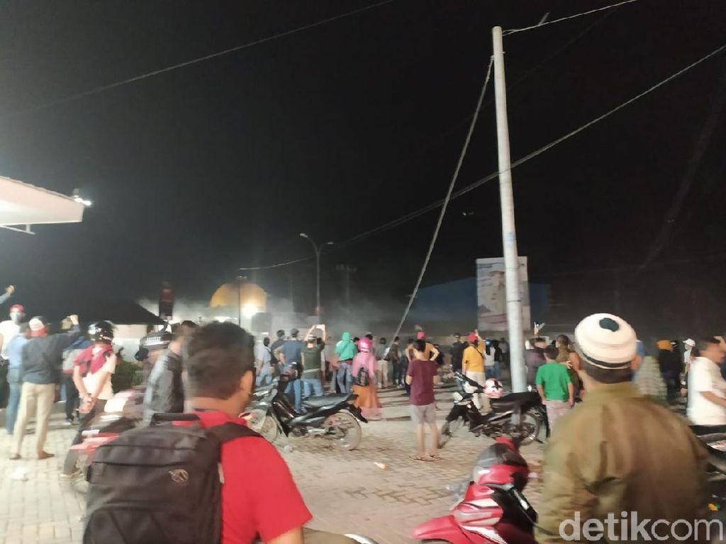 Polisi Bubarkan Paksa Massa Tolak TKA di Sultra, 1 Orang Luka di Kepala
