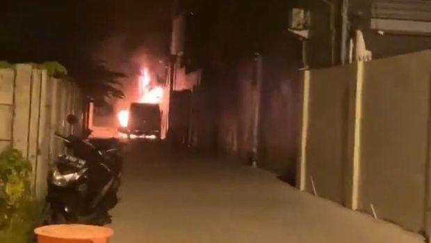 Gambar tangkapan layar Instagram Story Via Vallen. Ia menunjukkan mobilnya yang terbakar.