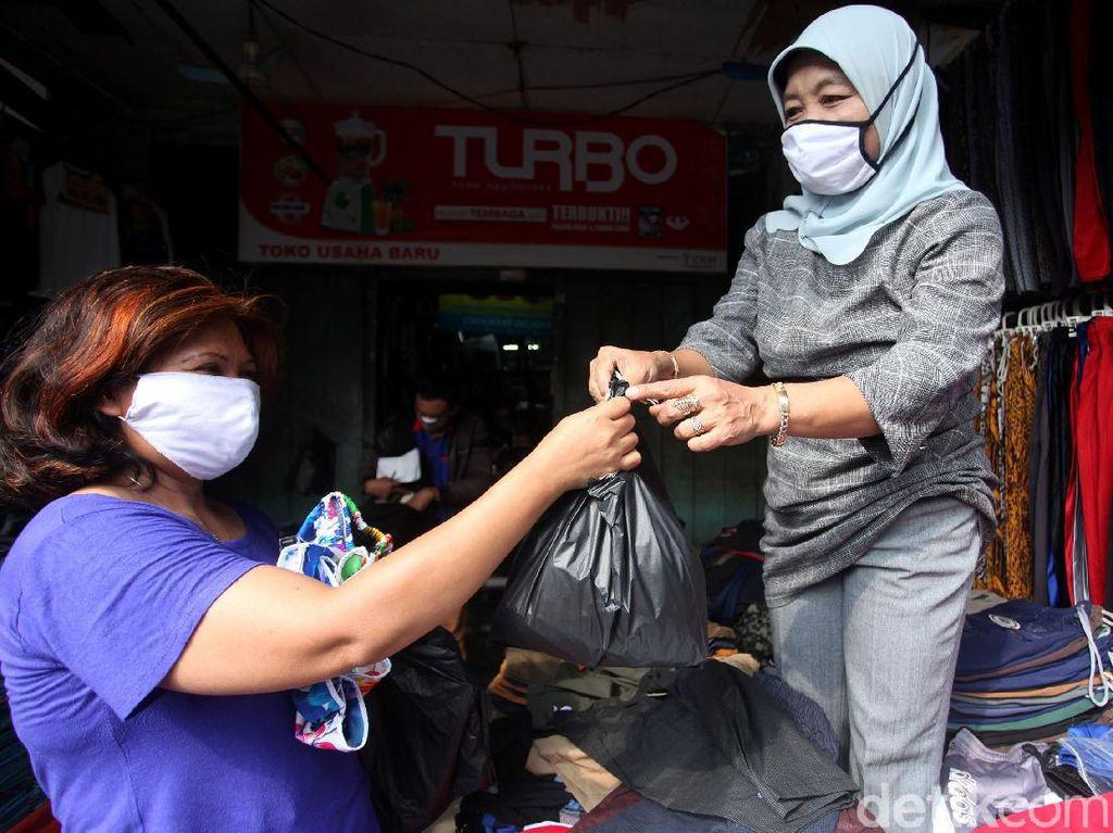 Masih Pakai Kantong Plastik, Pedagang Pasar Tanah Abang: Belum Tahu Aturannya