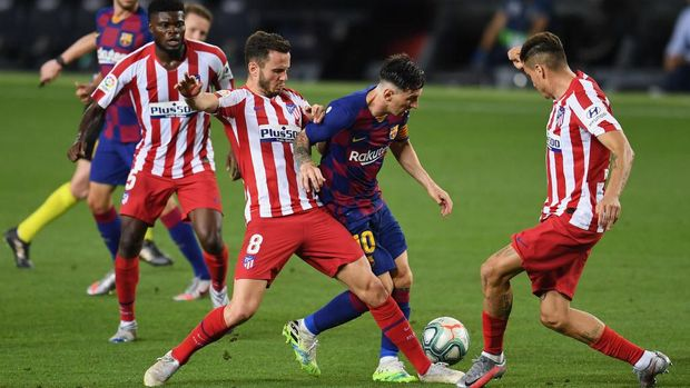 BARCELONA, SPAIN - JUNE 30: Lionel Messi (C) of FC Barcelona is challenged by Saul Niguez (L) of Atletico Madrid and Jose Maria Gimenez of Atletico Madrid during the Liga match between FC Barcelona and Club Atletico de Madrid at Camp Nou on June 30, 2020 in Barcelona, Spain. (Photo by David Ramos/Getty Images)
