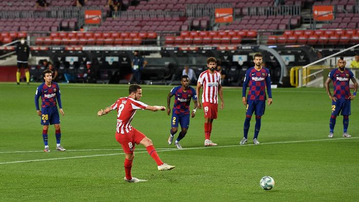 BARCELONA, SPAIN - JUNE 30: Saul Niguez of Atletico Madrid scores his teams first goal by penalty during the Liga match between FC Barcelona and Club Atletico de Madrid at Camp Nou on June 30, 2020 in Barcelona, Spain. (Photo by David Ramos/Getty Images)