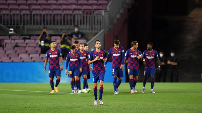 BARCELONA, SPAIN - JUNE 30: The players of Barcelona celebrate  their teams first goal by Diego Costa of Atletico Madrid who scored an own goal  during the Liga match between FC Barcelona and Club Atletico de Madrid at Camp Nou on June 30, 2020 in Barcelona, Spain. (Photo by David Ramos/Getty Images)