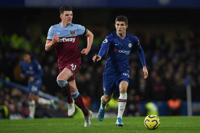 LONDON, ENGLAND - NOVEMBER 30: Christian Pulisic of Chelsea is challenged by Declan Rice of West Ham Unitedduring the Premier League match between Chelsea FC and West Ham United at Stamford Bridge on November 30, 2019 in London, United Kingdom. (Photo by Mike Hewitt/Getty Images)