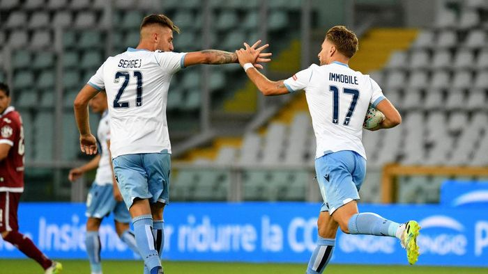 TURIN, ITALY - JUNE 30: Ciro Immobile of SS Lazio celebrates after scoring the first goal of his team with teammate Sergej Milinkovic-Savic during the Serie A match between Torino FC and  SS Lazio at Stadio Olimpico di Torino on June 30, 2020 in Turin, Italy. (Photo by Marco Rosi - SS Lazio/Getty Images)