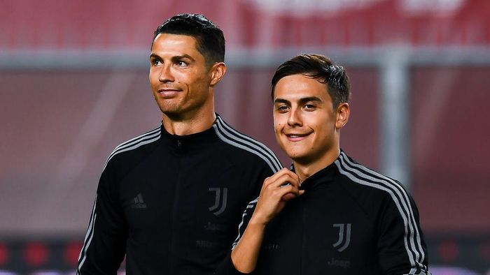 GENOA, ITALY - JUNE 30: Cristiano Ronaldo of Juventus (left) and Paulo Dybala of Juventus line-up before the Serie A match between Genoa CFC and Juventus FC at Stadio Luigi Ferraris on June 30, 2020 in Genoa, Italy. (Photo by Paolo Rattini/Getty Images)
