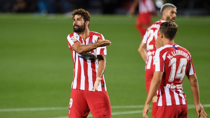 BARCELONA, SPAIN - JUNE 30:  Diego Costa of Atletico Madrid argues with  the referee during the Liga match between FC Barcelona and Club Atletico de Madrid at Camp Nou on June 30, 2020 in Barcelona, Spain. (Photo by David Ramos/Getty Images)
