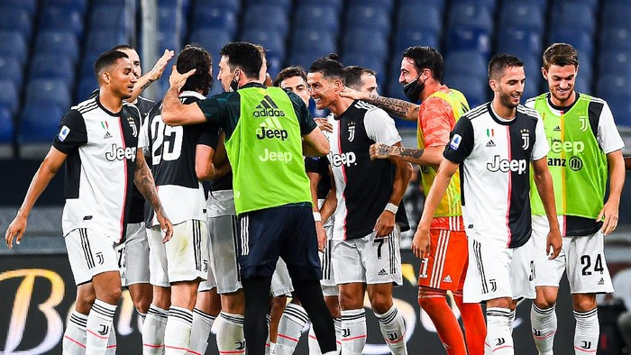 GENOA, ITALY - JUNE 30: Cristiano Ronaldo of Juventus (center) celebrates with his team-mates after scoring a goal during the Serie A match between Genoa CFC and Juventus FC at Stadio Luigi Ferraris on June 30, 2020 in Genoa, Italy. (Photo by Paolo Rattini/Getty Images)