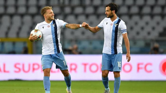 TURIN, ITALY - JUNE 30:  Ciro Immobile (L) of SS Lazio celebrates a goal with team mate Marco Parolo during the Serie A match between Torino FC and  SS Lazio at Stadio Olimpico di Torino on June 30, 2020 in Turin, Italy.  (Photo by Valerio Pennicino/Getty Images)