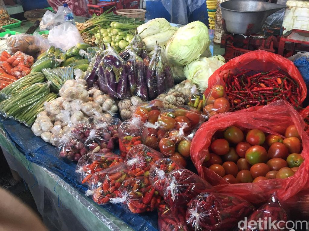 Meski Dilarang, Pedagang di Pasar Minggu Tetap Sediakan Kantong Plastik