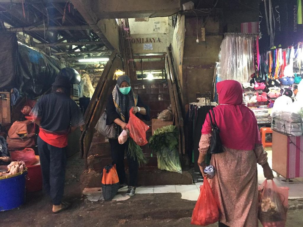 Pedagang Pasar di Jaksel Masih Pakai Plastik: Stok Lama-Tak Ada Alternatif