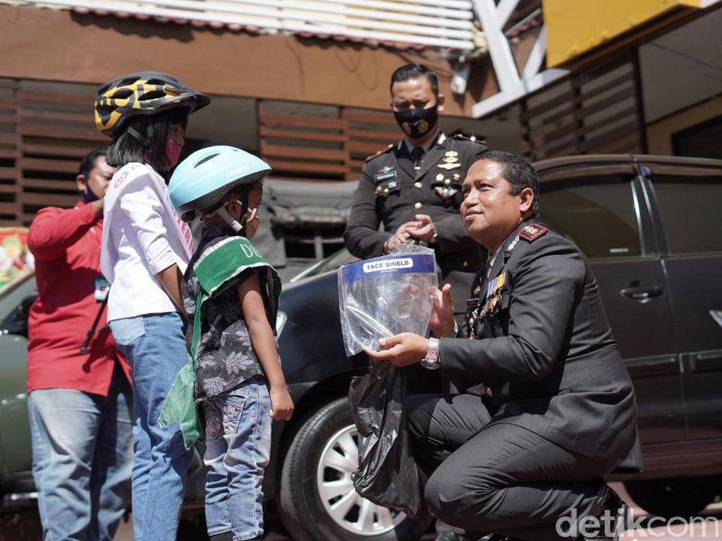 2 Bocah Ini Pecahkan Celengan Lalu Beri Kado Face Shield dan Masker ke Polisi