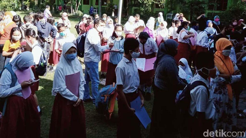 Potret Padatnya Pendaftaran Siswa Baru di SMPN 1 Klaten