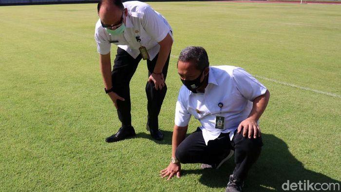 Wakil Wali Kota Bandung Yana Mulyana meninjau simulasi protokol kesehatan di Stadion Gelora Bandung Lautan Api (GBLA). Stadion ini siap digunakan untuk latihan Persib Bandung.