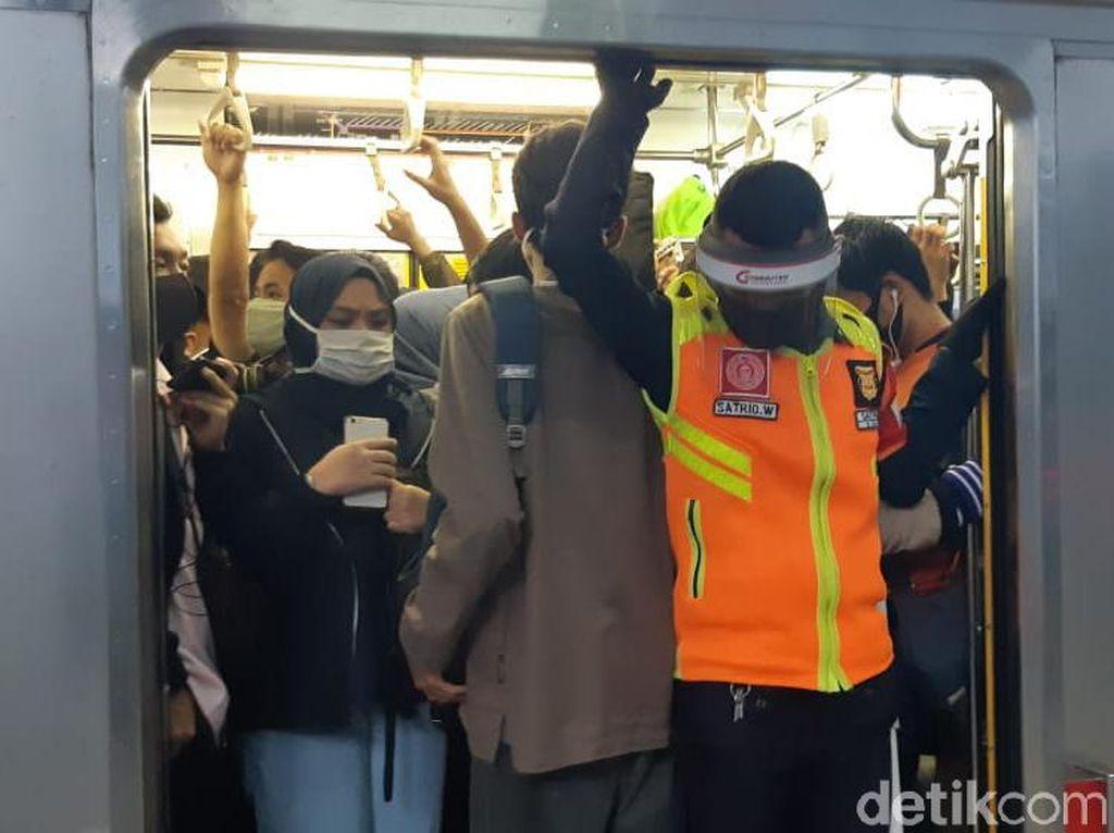 Padat! Begini Suasana KRL Jakarta Arah Bogor di Jam Pulang Kerja