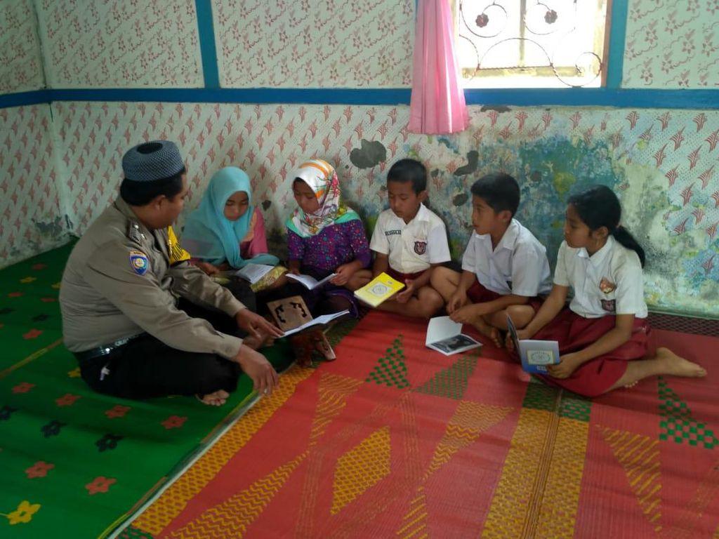 Kisah Inspiratif Bripka Edi Ngajar Ngaji Anak-anak Desa di Bengkulu