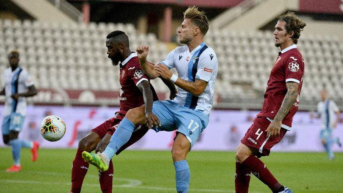 TURIN, ITALY - JUNE 30: Ciro Immobile of SS Lazio compete for the ball with Nicola Nkoulou of Torino FC during the Serie A match between Torino FC and  SS Lazio at Stadio Olimpico di Torino on June 30, 2020 in Turin, Italy. (Photo by Marco Rosi - SS Lazio/Getty Images)