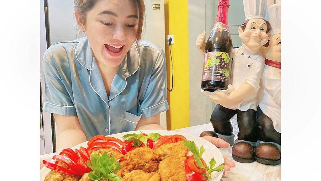 Jago Masak! Ini Momen Via Vallen kala Masak Ayam Goreng dan Martabak
