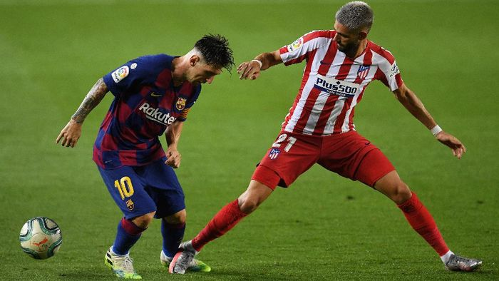 BARCELONA, SPAIN - JUNE 30: Lionel Messi of FC Barcelona is fouled  by Yannick Carrasco of Atletico Madrid during the Liga match between FC Barcelona and Club Atletico de Madrid at Camp Nou on June 30, 2020 in Barcelona, Spain. (Photo by David Ramos/Getty Images)