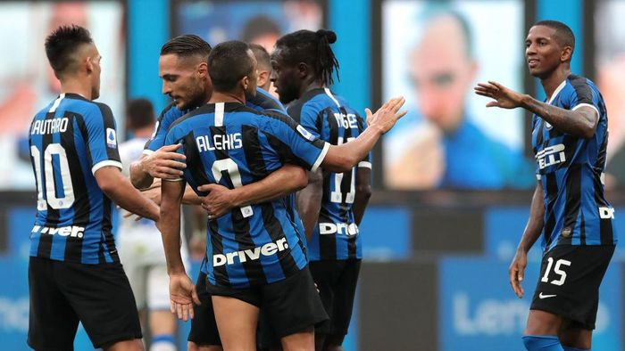 MILAN, ITALY - JULY 01:  Danilo D Ambrosio of FC Internazionale celebrates his goal with his team-mate Alexis Sanchez and Ashley Young (R) during the Serie A match between FC Internazionale and Brescia Calcio at Stadio Giuseppe Meazza on July 1, 2020 in Milan, Italy.  (Photo by Emilio Andreoli/Getty Images)
