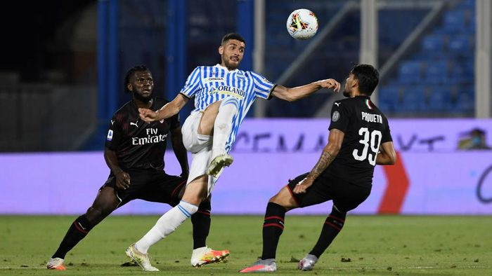 FERRARA, ITALY - JULY 01: Mattia Valoti of SPAL challenged by Lucas Paqueta of AC Milan (R) and Franck Kessie of AC Milan (L) during the Serie A match between SPAL and AC Milan at Stadio Paolo Mazza on July 1, 2020 in Ferrara, Italy. (Photo by Chris Ricco/Getty Images)