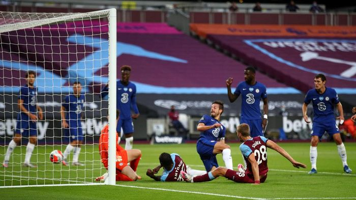 LONDON, ENGLAND - JULY 01: Tomas Soucek of West Ham scores a goal that is later disallowed with a VAR offside decision during the Premier League match between West Ham United and Chelsea FC at London Stadium on July 01, 2020 in London, England. Football Stadiums around Europe remain empty due to the Coronavirus Pandemic as Government social distancing laws prohibit fans inside venues resulting in all fixtures being played behind closed doors. (Photo by Julian Finney/Getty Images)