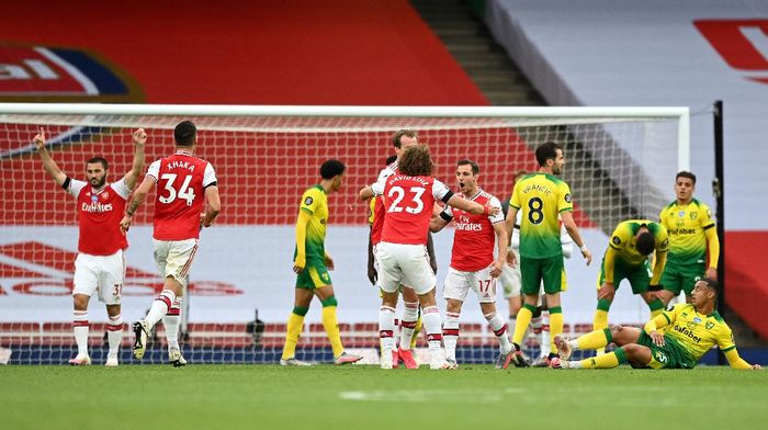 LONDON, ENGLAND - JULY 01: Cedric Soares of Arsenal celebrates with teammate David Luiz after scoring his teams fourth goal during the Premier League match between Arsenal FC and Norwich City at Emirates Stadium on July 01, 2020 in London, England. Football Stadiums around Europe remain empty due to the Coronavirus Pandemic as Government social distancing laws prohibit fans inside venues resulting in all fixtures being played behind closed doors. (Photo by Shaun Botterill/Getty Images)