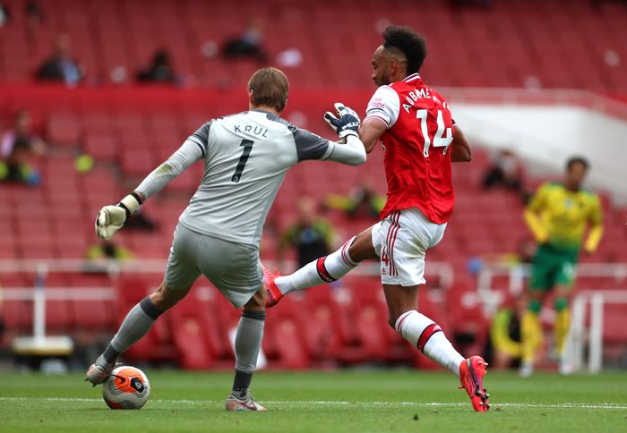 LONDON, ENGLAND - JULY 01: Pierre-Emerick Aubameyang of Arsenal scores his teams first goal during the Premier League match between Arsenal FC and Norwich City at Emirates Stadium on July 01, 2020 in London, England. Football Stadiums around Europe remain empty due to the Coronavirus Pandemic as Government social distancing laws prohibit fans inside venues resulting in all fixtures being played behind closed doors. (Photo by Mike Egerton/Pool via Getty Images)