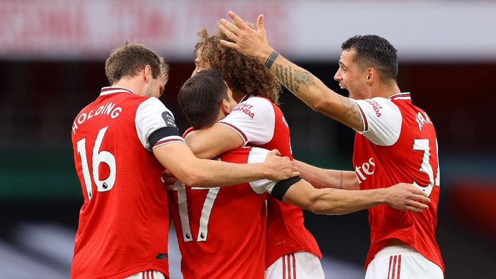 LONDON, ENGLAND - JULY 01: Cedric Soares of Arsenal celebrates with teammates after scoring his teams fourth goal during the Premier League match between Arsenal FC and Norwich City at Emirates Stadium on July 01, 2020 in London, England. Football Stadiums around Europe remain empty due to the Coronavirus Pandemic as Government social distancing laws prohibit fans inside venues resulting in all fixtures being played behind closed doors. (Photo by Richard Heathcote/Getty Images)