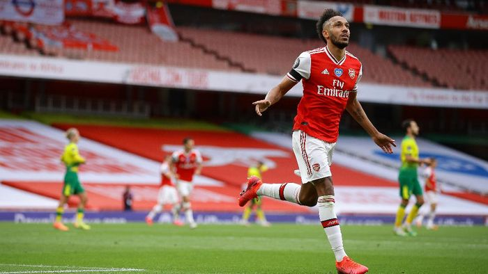 LONDON, ENGLAND - JULY 01: Pierre-Emerick Aubameyang of Arsenal celebrates after scoring his teams third goal during the Premier League match between Arsenal FC and Norwich City at Emirates Stadium on July 01, 2020 in London, England. Football Stadiums around Europe remain empty due to the Coronavirus Pandemic as Government social distancing laws prohibit fans inside venues resulting in all fixtures being played behind closed doors. (Photo by Richard Heathcote/Getty Images)