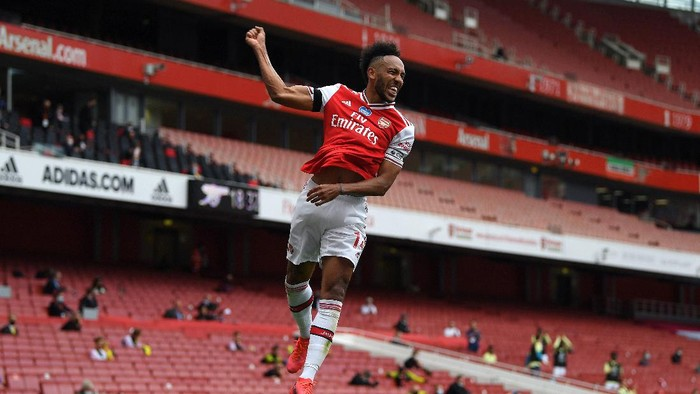 LONDON, ENGLAND - JULY 01: Pierre-Emerick Aubameyang of Arsenal celebrates after scoring his teams first goal during the Premier League match between Arsenal FC and Norwich City at Emirates Stadium on July 01, 2020 in London, England. Football Stadiums around Europe remain empty due to the Coronavirus Pandemic as Government social distancing laws prohibit fans inside venues resulting in all fixtures being played behind closed doors. (Photo by Shaun Botterill/Getty Images)