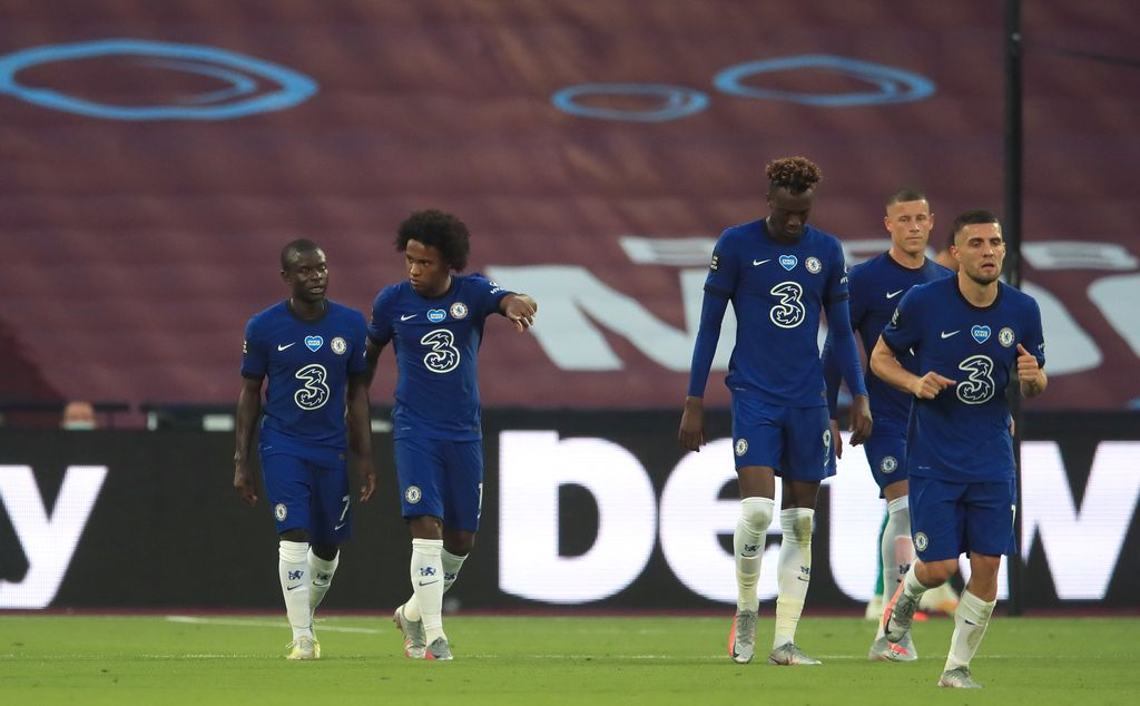 LONDON, ENGLAND - JULY 01: Willian of Chelsea (2-L) celebrates after scoring his team's first goal from a penalty with team mates during the Premier League match between West Ham United and Chelsea FC at London Stadium on July 01, 2020 in London, England. Football Stadiums around Europe remain empty due to the Coronavirus Pandemic as Government social distancing laws prohibit fans inside venues resulting in all fixtures being played behind closed doors. (Photo by Adam Davy/Pool via Getty Images)