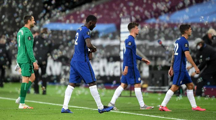 LONDON, ENGLAND - JULY 01: Chelsea players leave the pitch dejected following the Premier League match between West Ham United and Chelsea FC at London Stadium on July 01, 2020 in London, England. Football Stadiums around Europe remain empty due to the Coronavirus Pandemic as Government social distancing laws prohibit fans inside venues resulting in all fixtures being played behind closed doors. (Photo by Michael Regan/Getty Images)