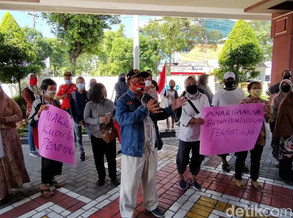Wali Murid Demo ke DPRD Surabaya Soal Ruwetnya Sistem PPDB SMP