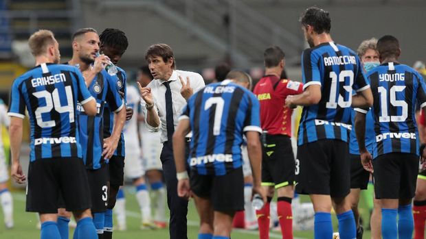 MILAN, ITALY - JULY 01:  FC Internazionale coach Antonio Conte speaks with his players during the cooling break during the Serie A match between FC Internazionale and Brescia Calcio at Stadio Giuseppe Meazza on July 1, 2020 in Milan, Italy.  (Photo by Emilio Andreoli/Getty Images)