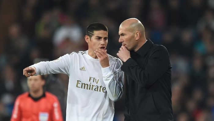 MADRID, SPAIN - FEBRUARY 06: James Rodriguez of Real Madrid talks with his manager Zinedine Zidane during the Copa del Rey Quarter Final at Estadio Santiago Bernabeu on February 06, 2020 in Madrid, Spain. (Photo by Denis Doyle/Getty Images)