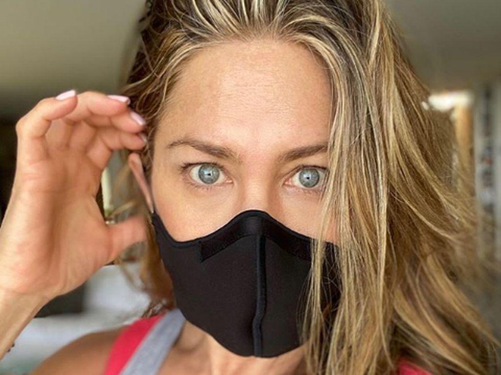 Jennifer Aniston Jadi Kontroversi, Pamer Ornamen Natal Bertema Virus Corona
