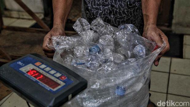 Bank sampah jadi pilihan warga di kawasan Marunda untuk minimalkan sampah plastik. Mereka ubah sampah plastik jadi berkah dengan membuat rompi hingga tas.
