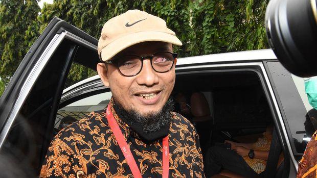 Penyidik KPK Novel Baswedan memberikan keterangan kepada wartawan usai memenuhi undangan Komisi Kejaksaan di Jakarta, Kamis (2/7/2020). Komisi Kejaksan meminta keterangan Novel Baswedan sebagai tindak lanjut laporan pengaduan masyarakat mengenai kejanggalan tuntutan jaksa penuntut umum dalam persidangan perkara penyiraman air keras yang menimpa penyidik KPK tersebut dengan terdakwa Ronny Bugis dan Rahmat Kadir Mahulette. ANTARA FOTO/Indrianto Eko Suwarso/aww.