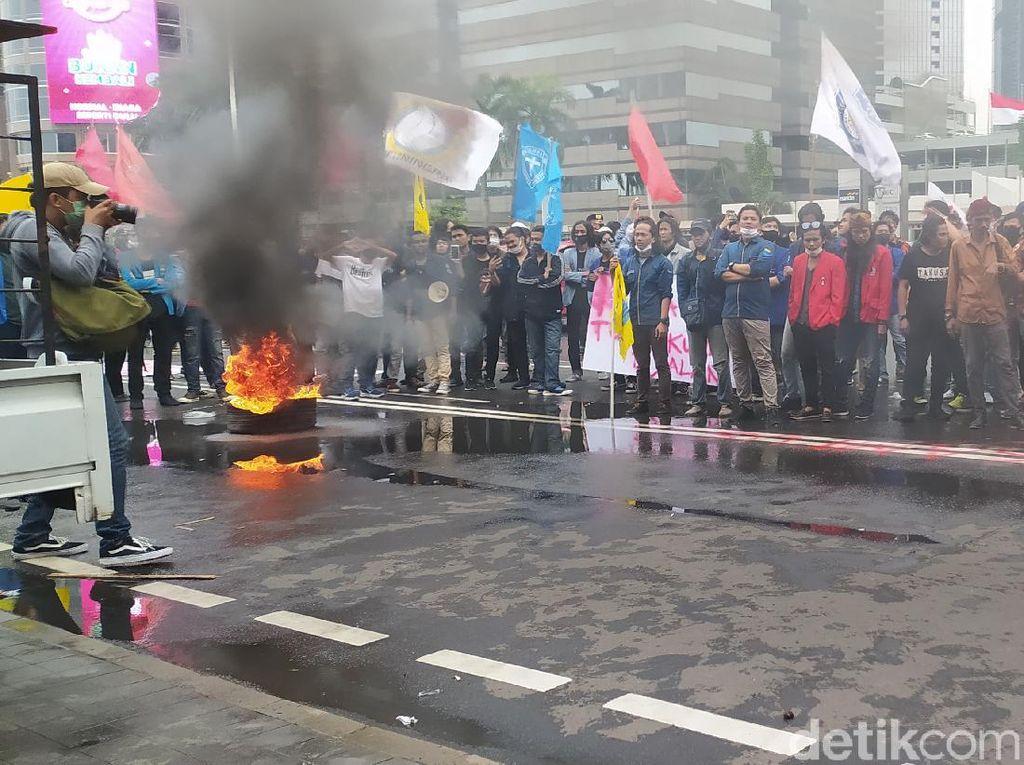 Mahasiswa Tuntut Keringanan UKT di Kemendikbud Bakar Ban, Lalin Padat