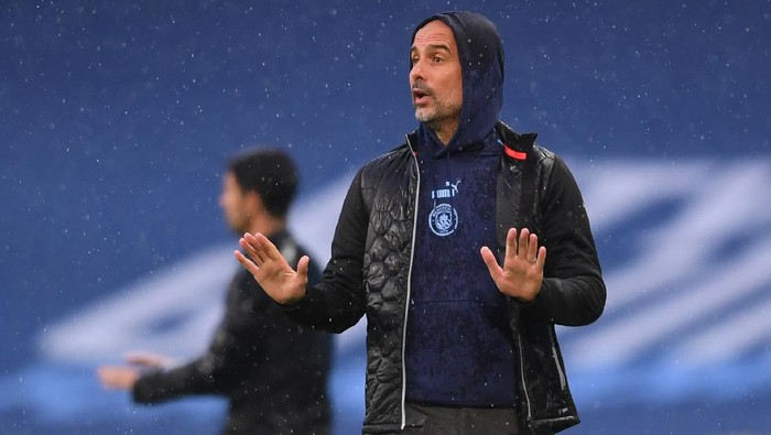 MANCHESTER, ENGLAND - JUNE 17: Pep Guardiola, Manager of Manchester City gives his team instructions during the Premier League match between Manchester City and Arsenal FC at Etihad Stadium on June 17, 2020 in Manchester, United Kingdom. (Photo by Laurence Griffiths/Getty Images)