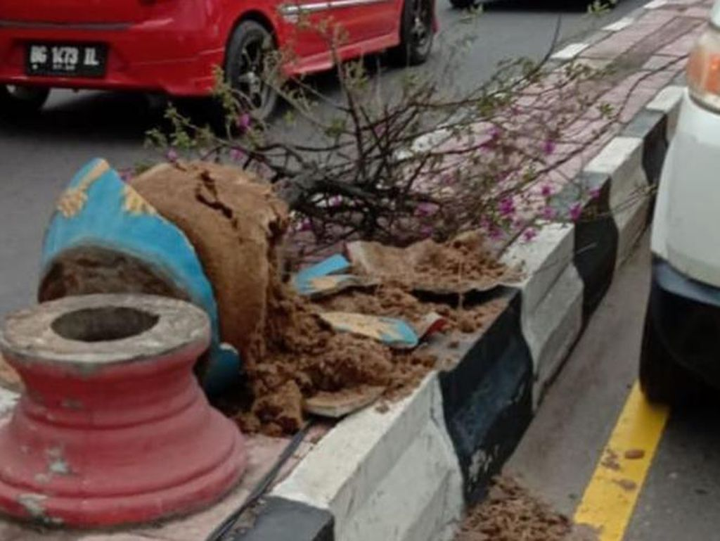 Puluhan Pot Bunga di Jalanan Palembang Pecah, Diduga Sengaja Dirusak