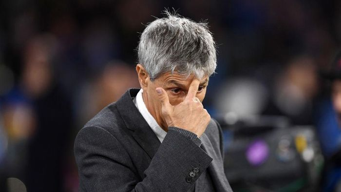 NAPLES, ITALY - FEBRUARY 25: Quique Setien FC Barcelona coach stands disappointed during the UEFA Champions League round of 16 first leg match between SSC Napoli and FC Barcelona at Stadio San Paolo on February 25, 2020 in Naples, Italy. (Photo by Francesco Pecoraro/Getty Images)