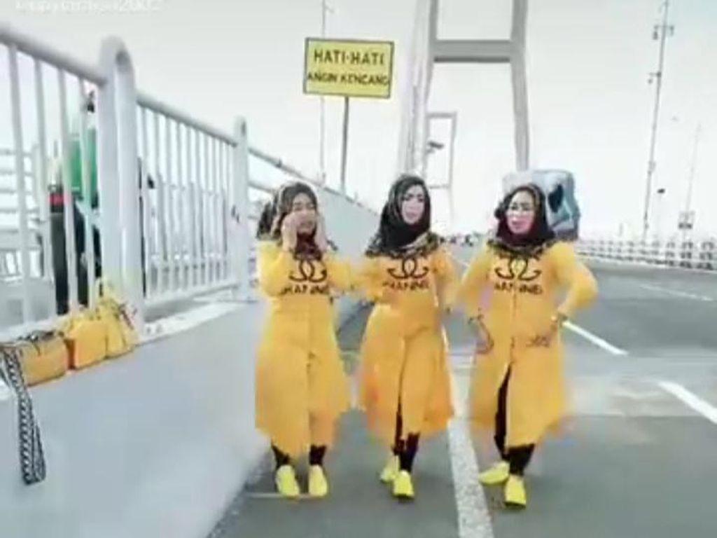 Viral Emak-emak TikTok-an di Jembatan Suramadu