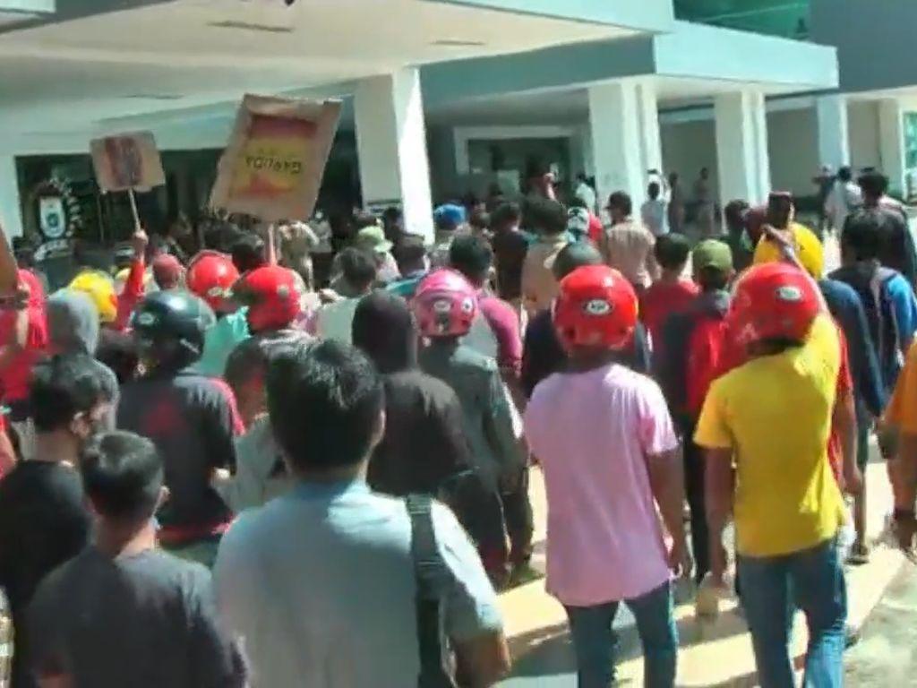 Tolak Tambang Zirkon, Massa Geruduk DPRD Sulbar