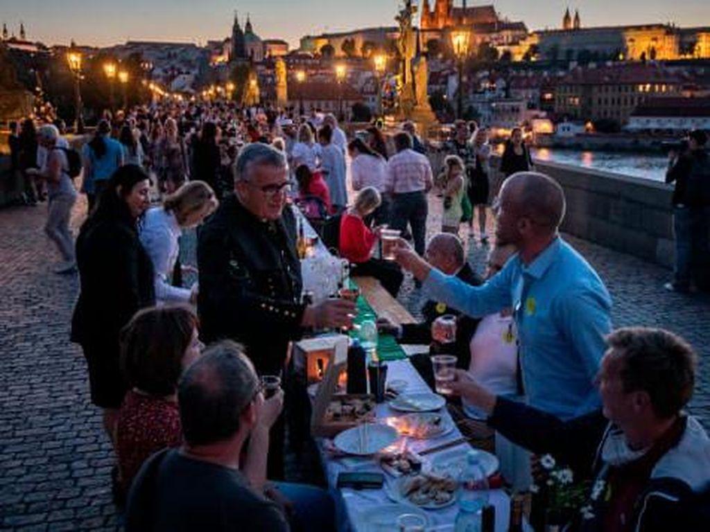 Lockdown Dicabut, Praha Rayakan Pesta Besar-Besaran Tanpa Jarak Sosial