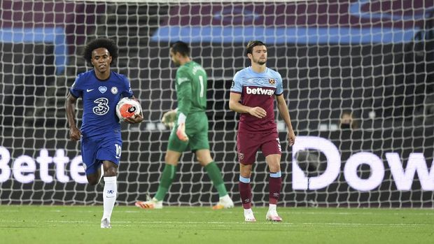 Chelsea's Willian, left runs holding the ball back to the center circle after he scores his sides second goal during the English Premier League soccer match between West Ham United and Chelsea at the London Stadium stadium in London, Wednesday July 1, 2020. (Michael Regan/Pool via AP)